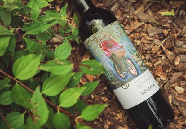 Kortárs festmények az új Soltész borokon