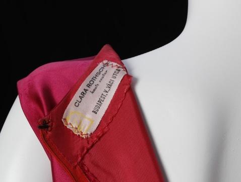 Rotschild Klára ruhaszalonjának darabjaiból nyílt kiállítás
