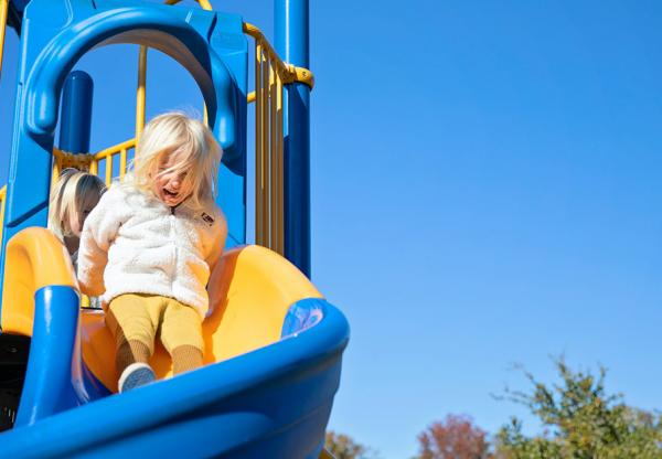 Játék a szabadlevegőn – Ötletek biztonságos kerti játszótér kialakításához